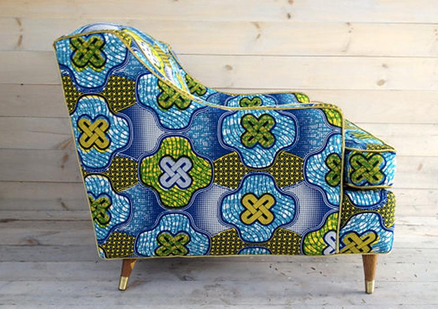 Un fauteuil couvert d'un tissu wax africiain