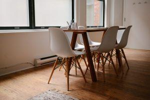 image d'ambiance table, chaises, parquet