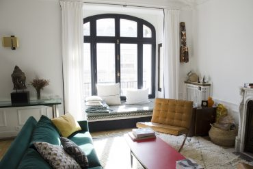 salon canapé coussins rideaux