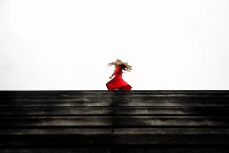 femme robe rouge été