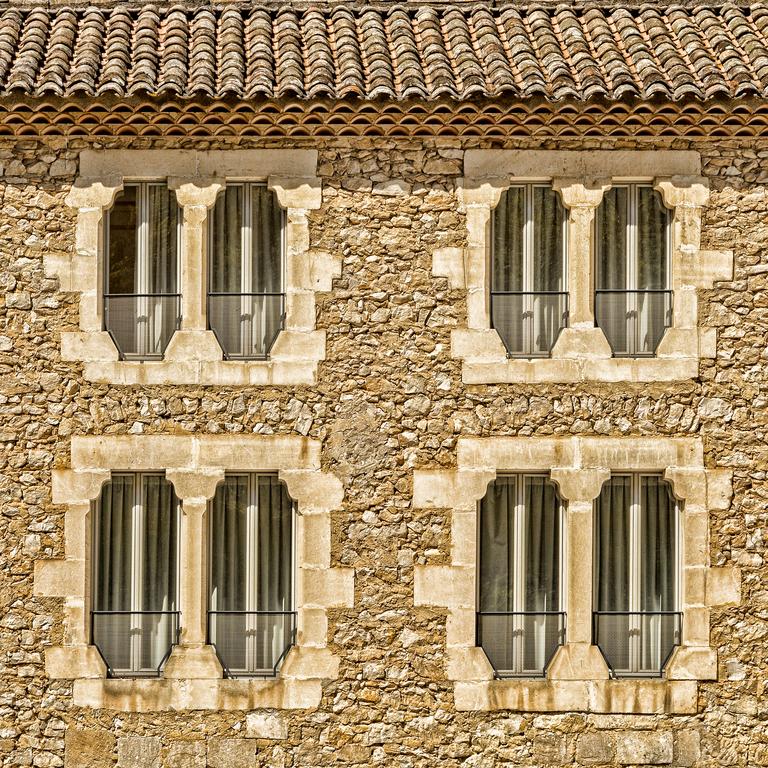 façade immeuble rideaux fenêtres